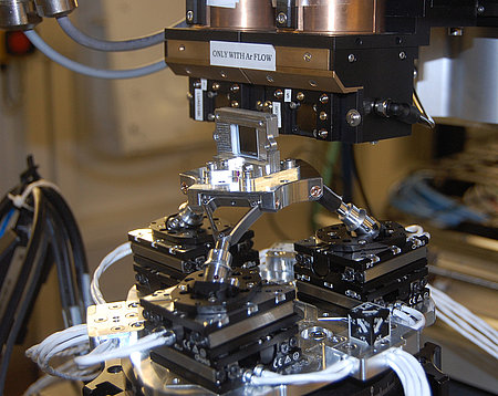 The Q-845 6-Axis manipulator carrying a sample (Image: KIT)