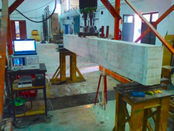 Experimental setup for the reinforced concrete beams externally strengthened with CFRP. (Image: http://materconstrucc.revistas.csic.es/index.php/materconstrucc/article/viewArticle/1989/2448)
